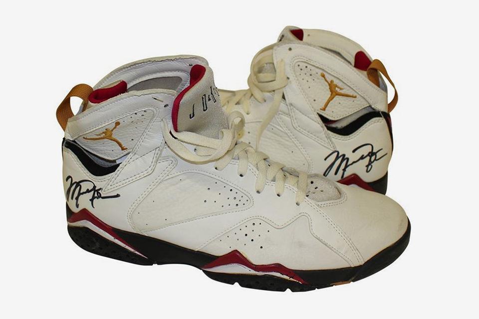那双 Michael Jordan 在 1992 年穿过的 Air Jordan VII 拍卖了