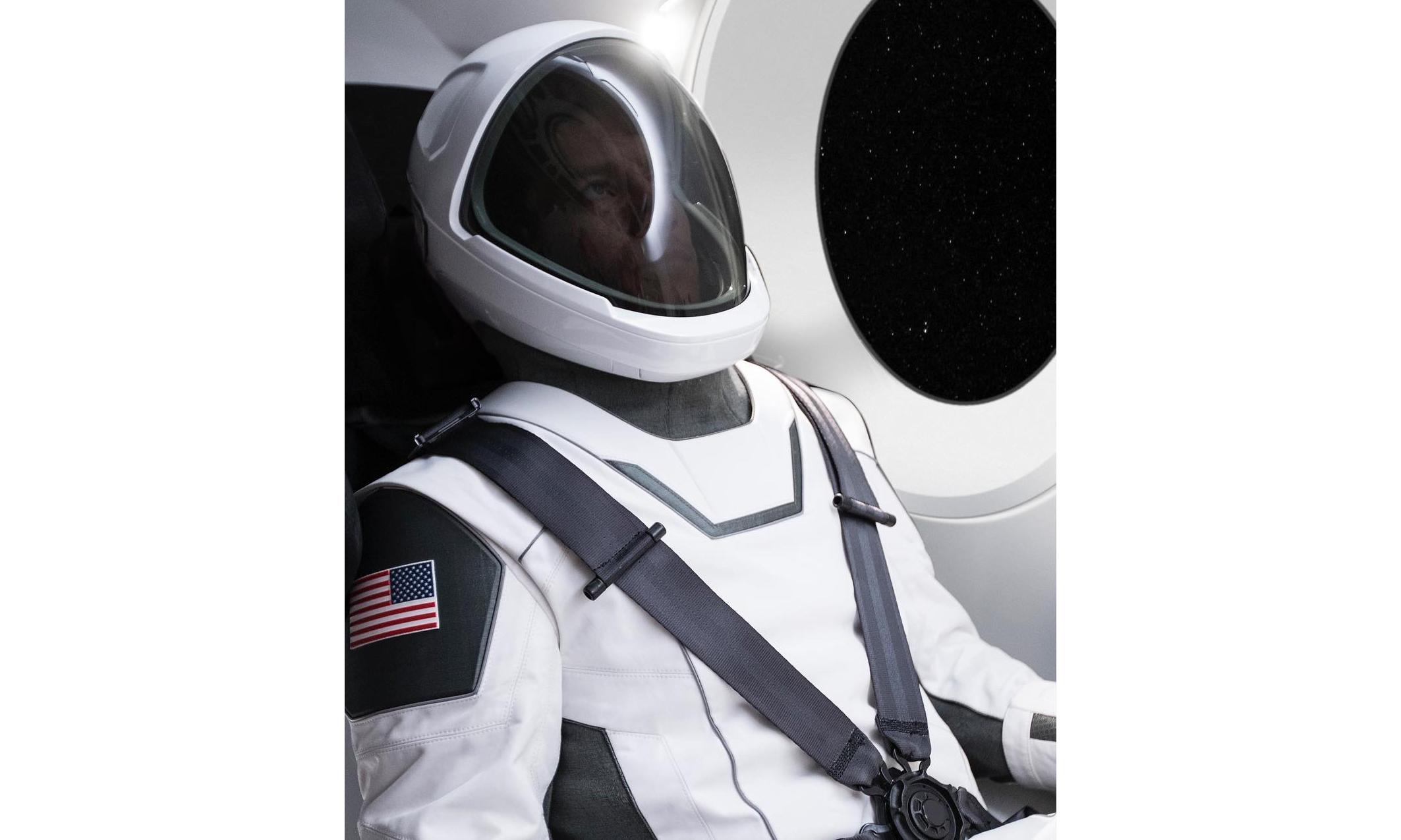 未来太空战士,Elon Musk 展示首款 SpaceX 宇航服
