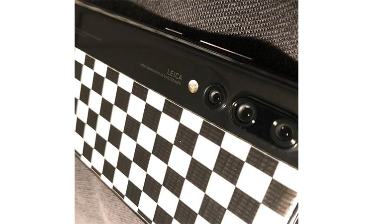 藤原浩再秀自己的华为手机,这次是 P20 Pro