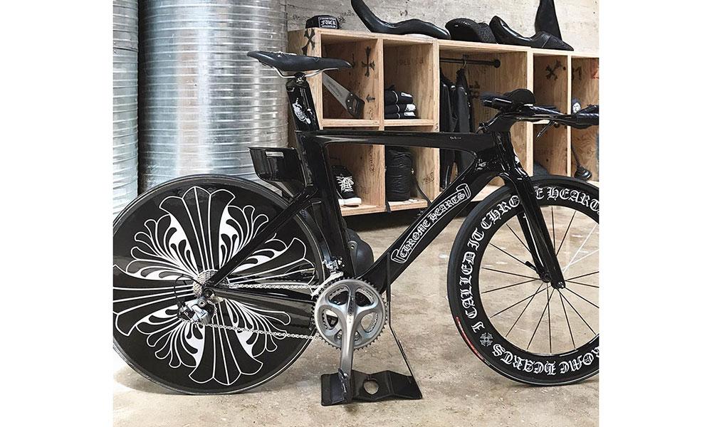 Chrome Hearts 纽约旗舰店内展出了一辆公路自行车