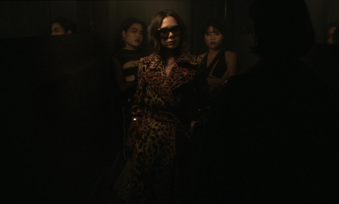 《Dazed》在夜店为 Victoria Beckham 2018 秋冬拍摄创意视频