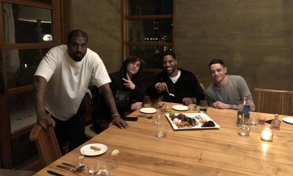 Kanye West、Timothée Chalamet、Pete Davidson 一起为 Kid Cudi 庆生