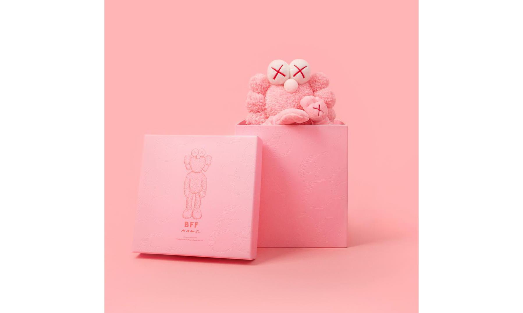 Dior 亲民版?KAWS 宣布粉色 BFF 毛绒玩偶将于明日发售