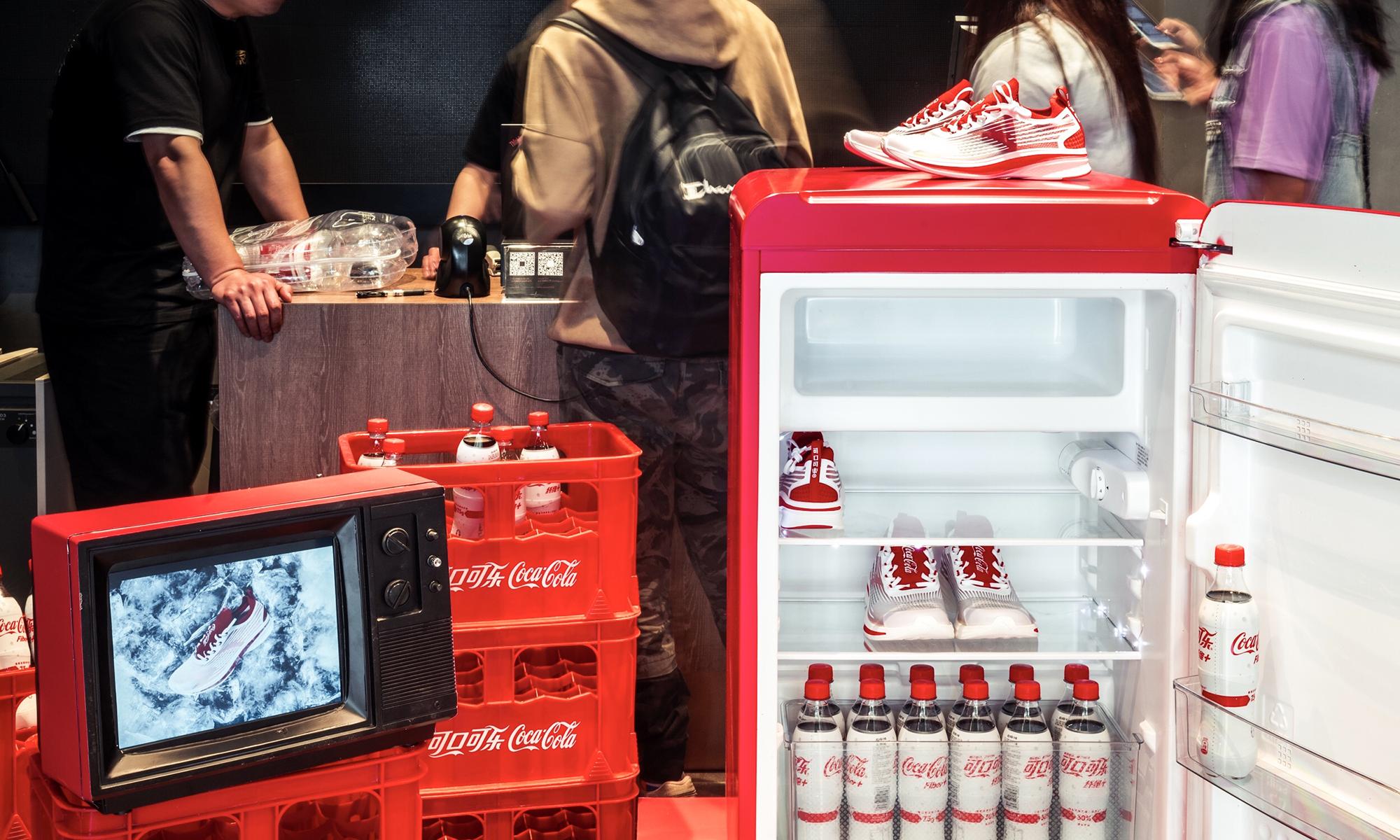 安踏与可口可乐合作,推出联名款氢跑鞋