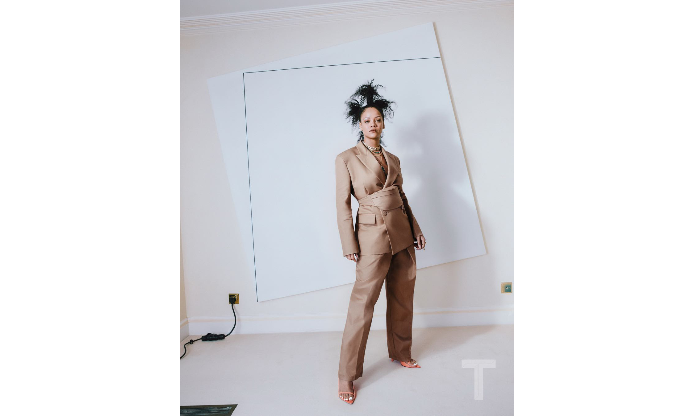 Rihanna 与 LVMH 合作品牌 FENTY 释出首个预告