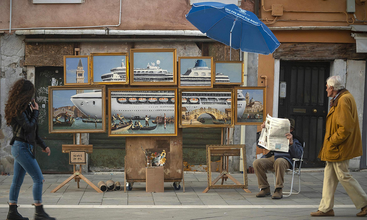 Banksy 于威尼斯街头展出 9 幅画,谴责当地旅游业