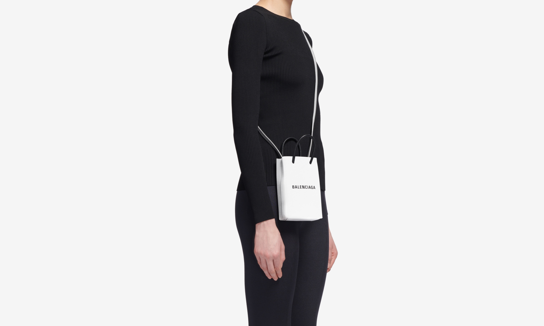 何愁放手机,BALENCIAGA 推出一款全新的 Shopping Phone Holder