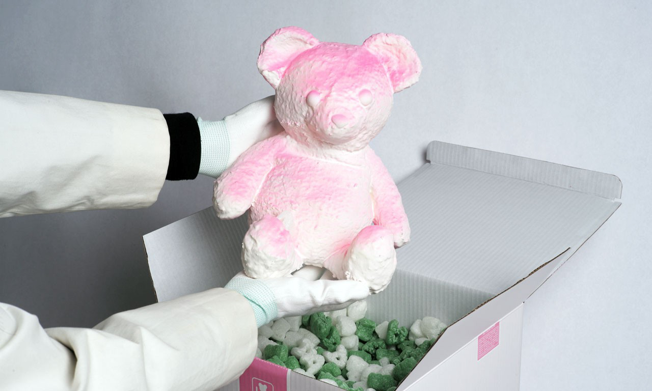 Daniel Arsham 推出全新 PINK CRACKED BEAR 雕塑
