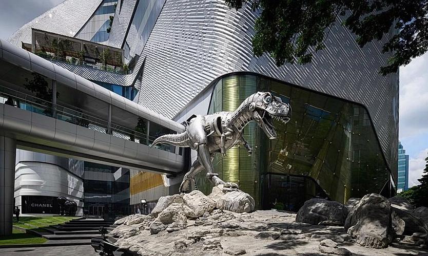 哥斯拉「入侵东京」!空山基携手 AMKK 带来巨型霸王龙雕塑