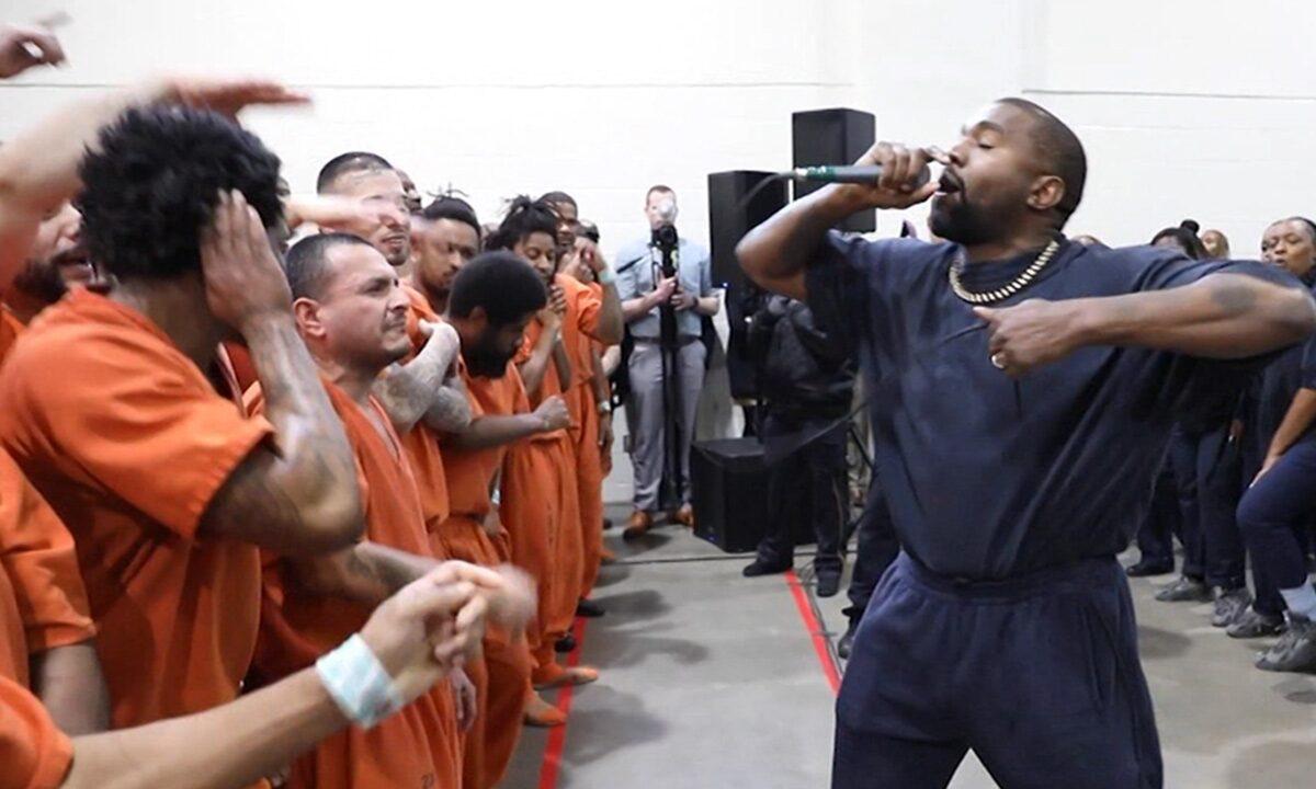 Kanye West 将 Sunday Service 带到休斯敦监狱