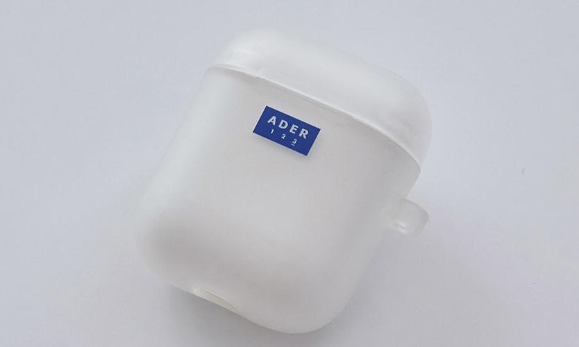 简约蓝白设计,韩国品牌 Ader Error 推出 AirPods 保护套