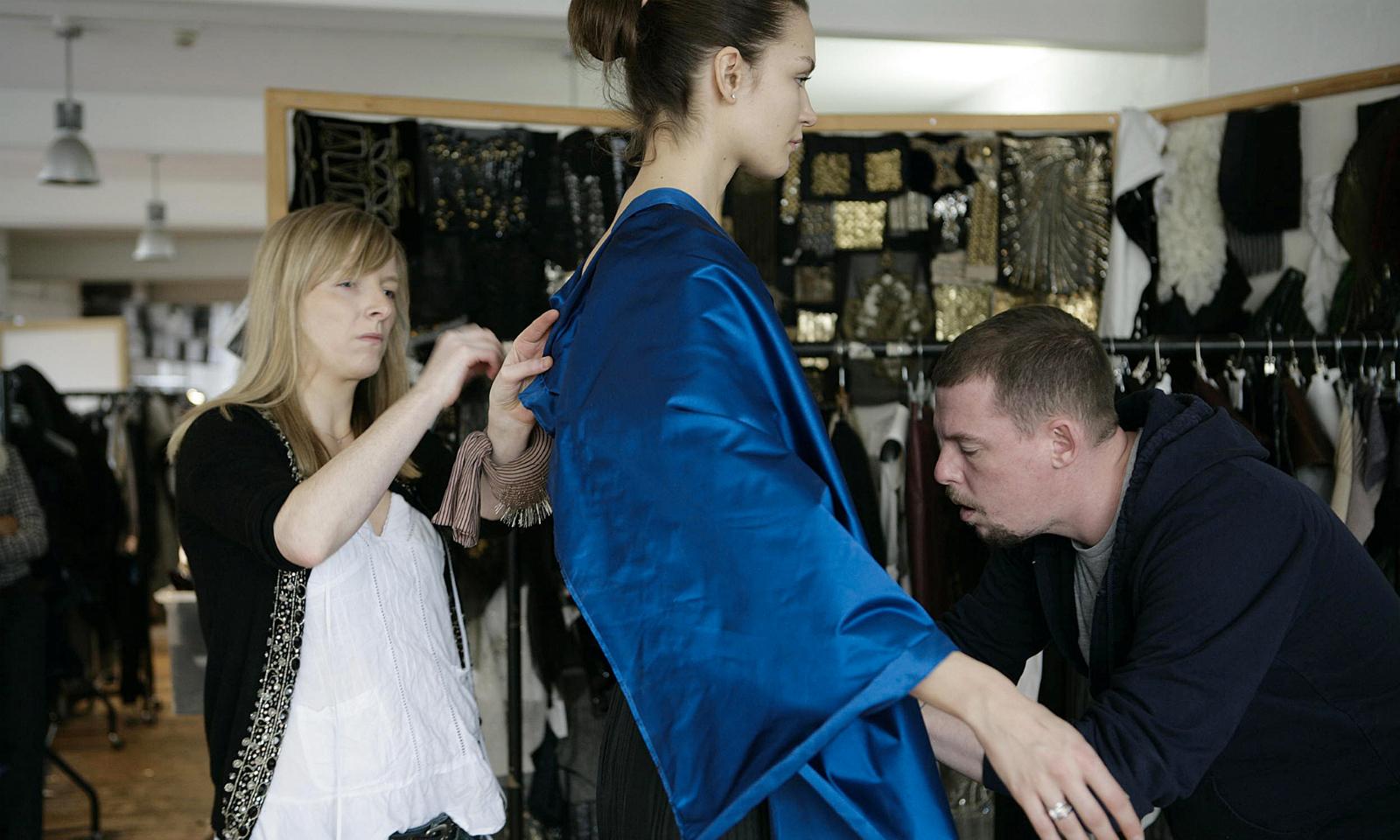 Alexander McQueen 品牌捐出多余面料帮助英国学生完成毕业设计