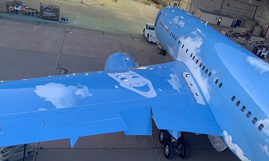 Virgil Abloh 为 Drake 私人飞机打造新涂装