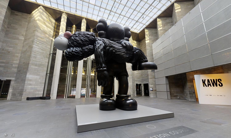 足不出户就能免费欣赏 KAWS 的艺术展?