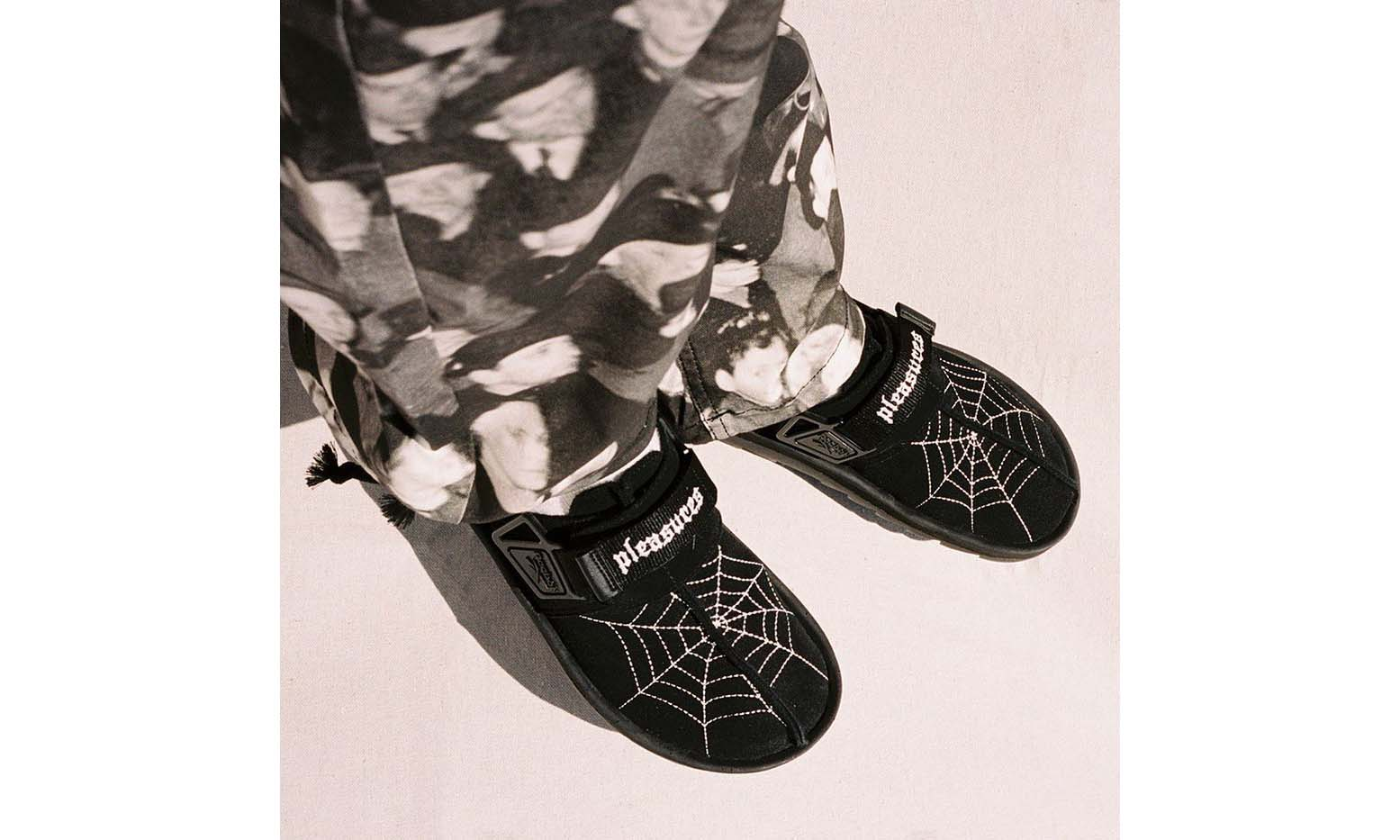 抢先预览 PLEASURES x Reebok Beatnik 凉拖
