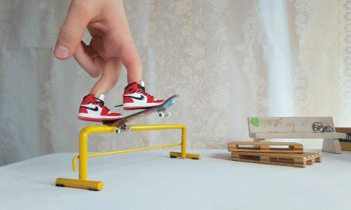 靠着「球鞋」和手指滑板,他两个月就收获了 40 万粉丝