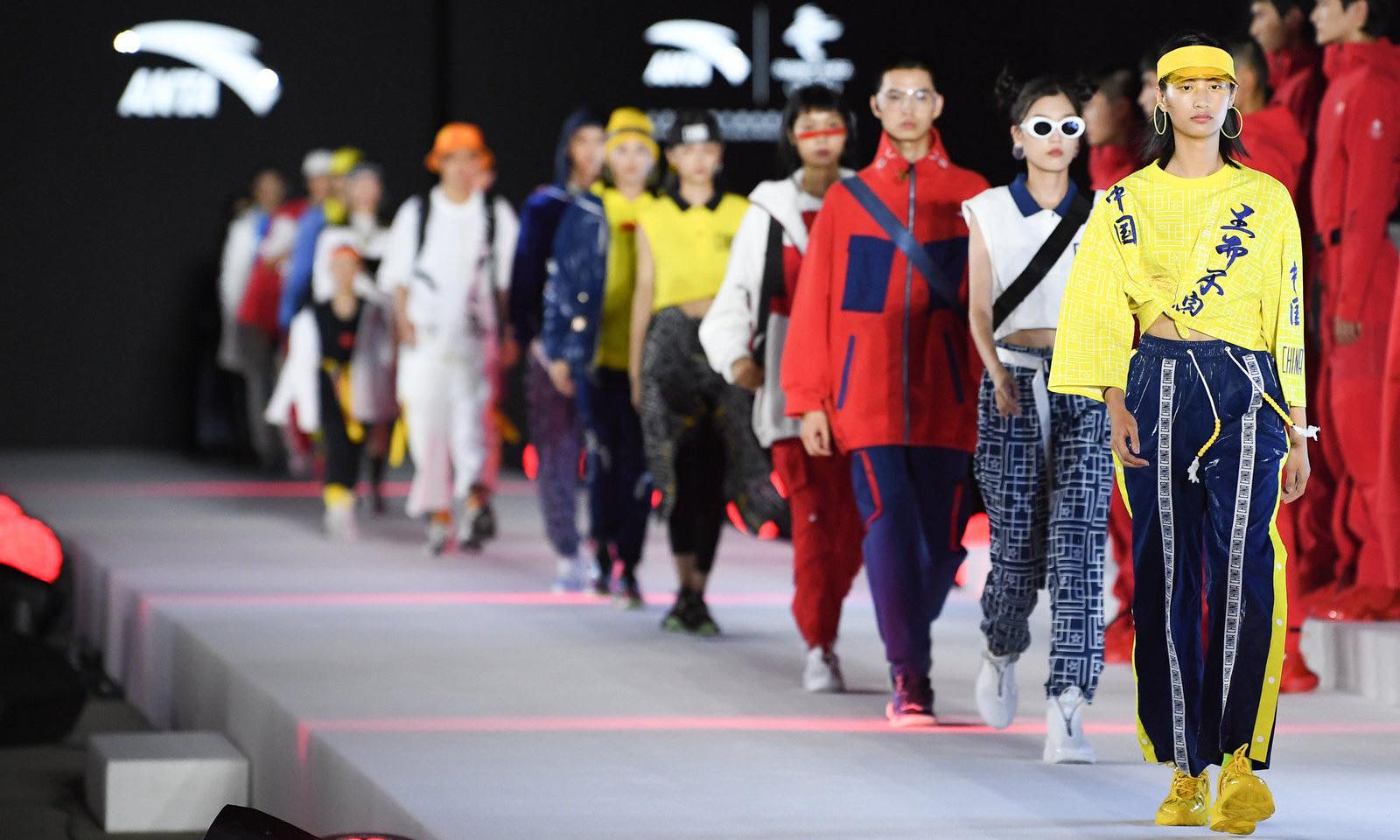 北京冬奥组委携手安踏发布北京 2022 年冬奥会特许商品国旗款运动服装