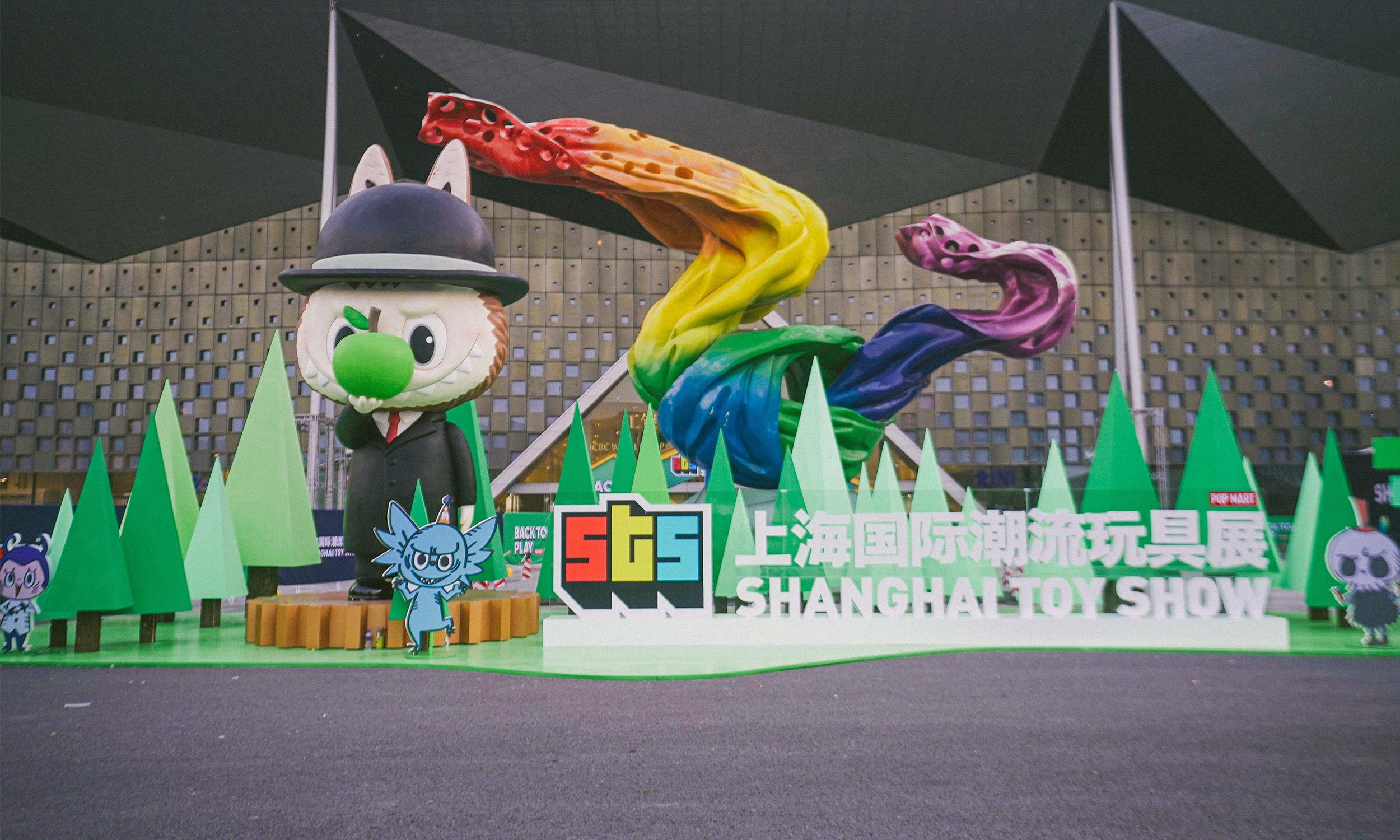 在今年上海潮玩展里,人们都表示来这「花钱买快乐」…