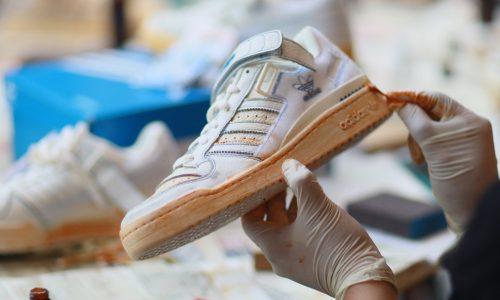 把全新三叶草球鞋弄得像穿了 30 年一样,够 Vibe 吗?