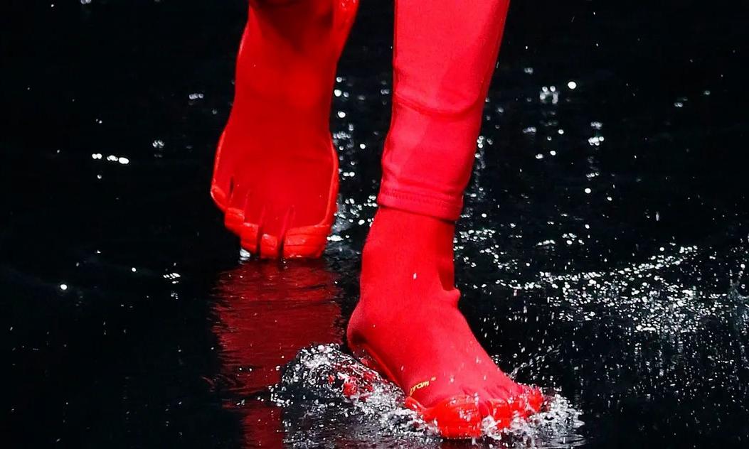 爆款不断的 BALENCIAGA 会让「五趾鞋」成为下一个流行趋势吗?