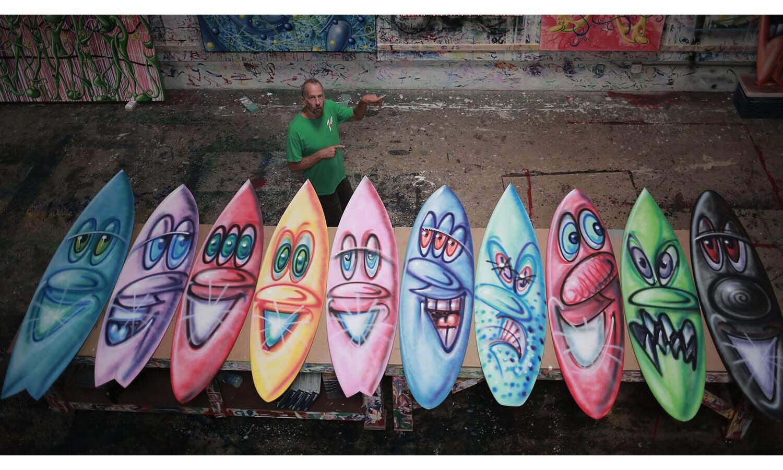 为保护海洋,Kenny Scharf 与 Parley 共同打造冲浪板