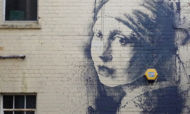 Banksy 在英国布里斯托的新作《戴耳环的少女》