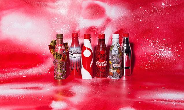 可口可乐弧形瓶诞生 100 周年,Hyde、三原康裕等设计艺术瓶身及周边