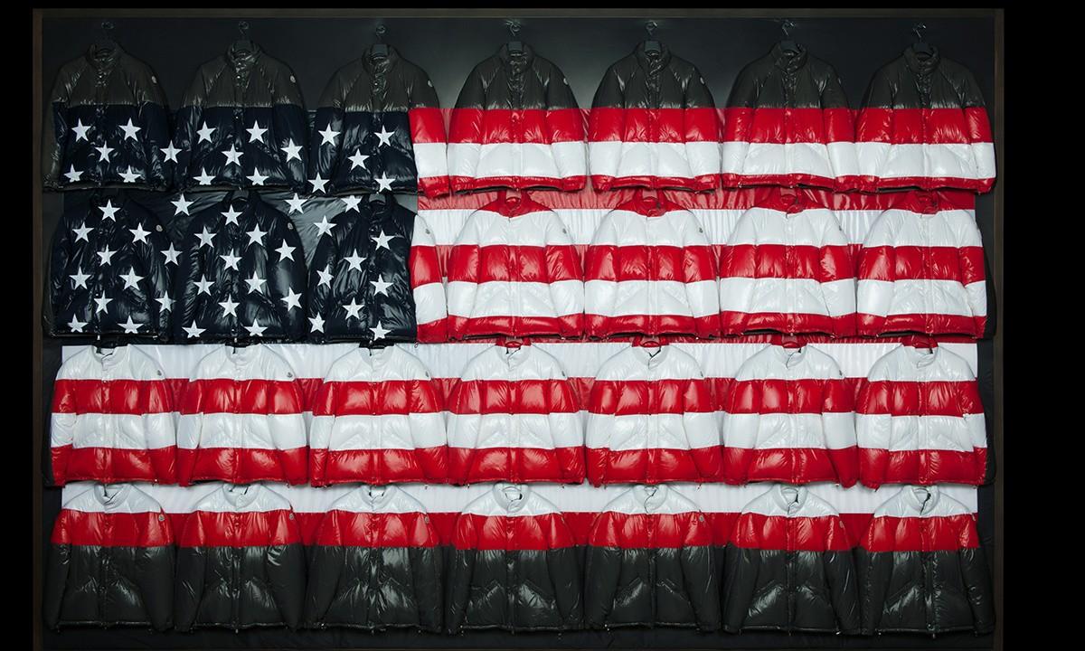 Moncler 携手 Thom Browne,用羽绒服在纽约新店里拼出了一幅美国国旗